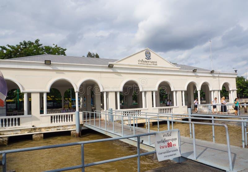 El edificio de la fachada del embarcadero conmemorativo del puente o del embarcadero del saphanphut está en Chao Phraya River en  fotos de archivo