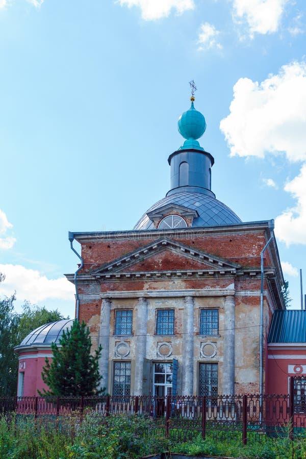 El edificio de la iglesia ortodoxa del siglo XIX en el s imágenes de archivo libres de regalías