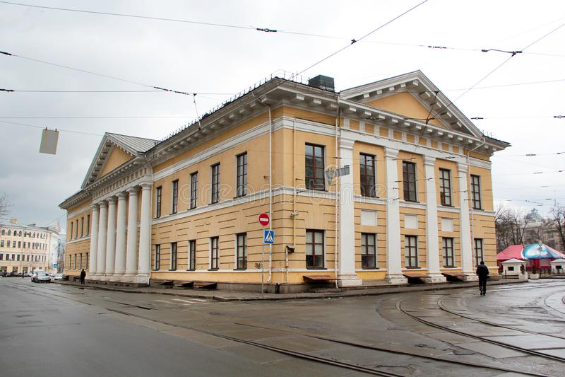El edificio de la vieja construcción amarilla con las columnas blancas cerca de las pistas de la tranvía Casa de los contratos fotos de archivo libres de regalías