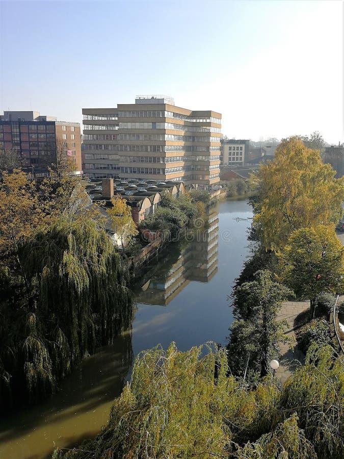 El edificio de oficinas reflejó en el río Foss, York fotografía de archivo