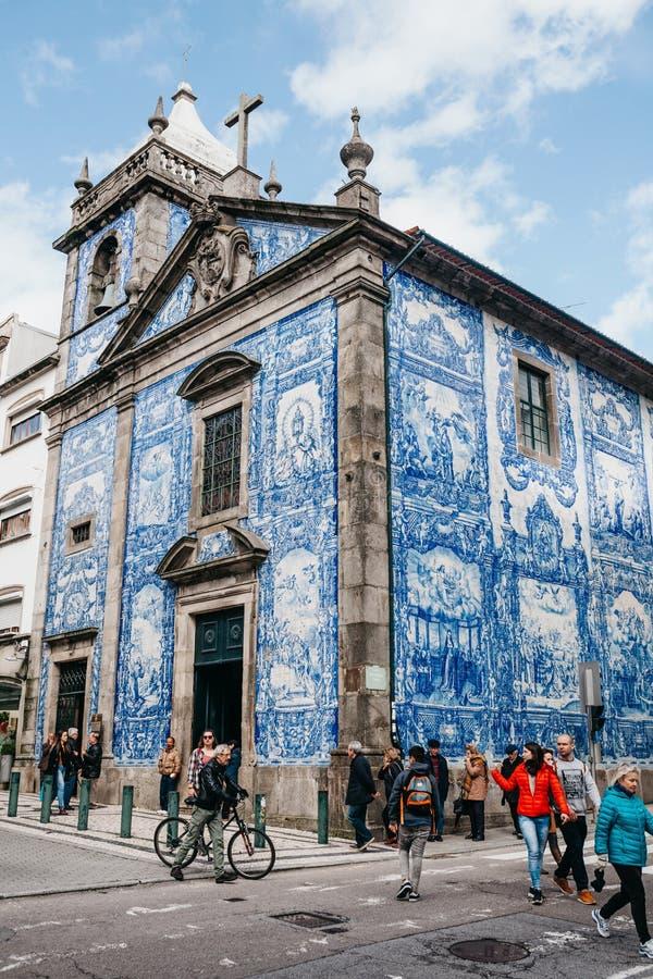 El edificio de una iglesia hecha en estilo tradicional de las tejas de Azulejo en Oporto imagenes de archivo