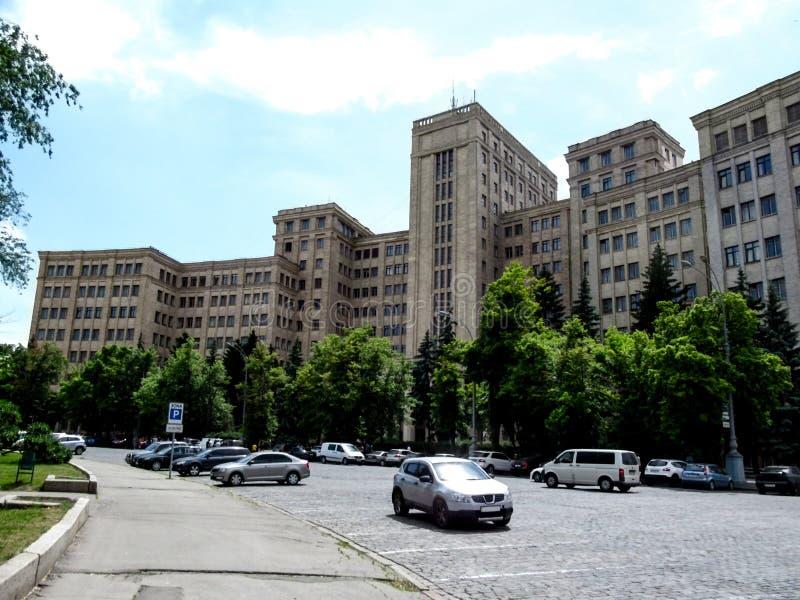 El edificio de V n Universidad nacional de Karazin Járkov en un día soleado del verano imagen de archivo libre de regalías