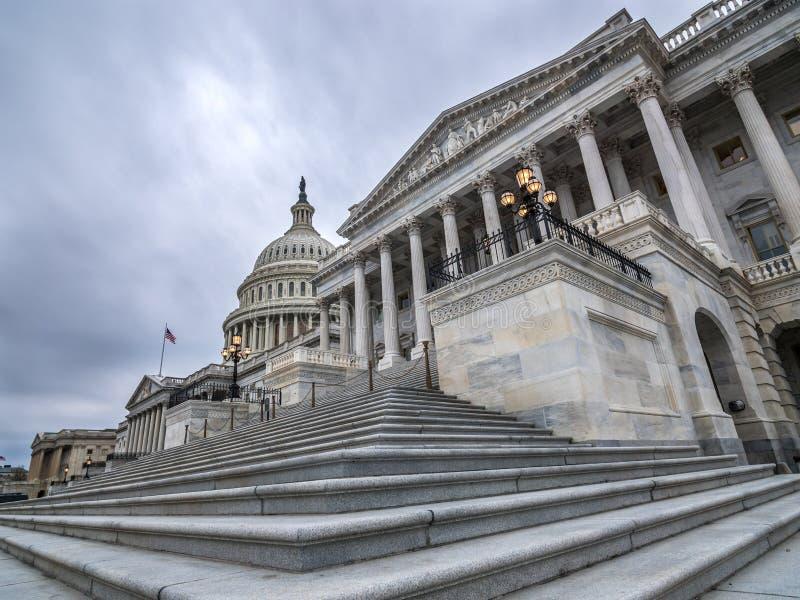 El edificio del capitol de Estados Unidos con los sclouds oscuros arriba fotografía de archivo libre de regalías