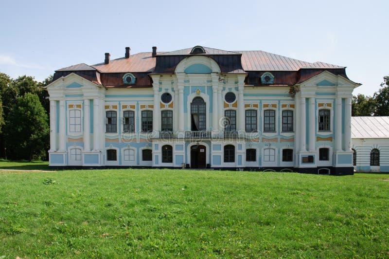 El edificio del estado en Khmelita, región de Griboyedov de Smolensk imágenes de archivo libres de regalías