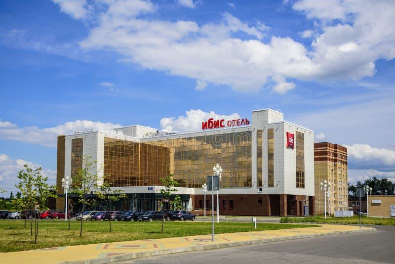El edificio del hotel Ibis es un hotel de una nueva cadena europea de hoteles de clase turista La ciudad de Stupino fotografía de archivo libre de regalías