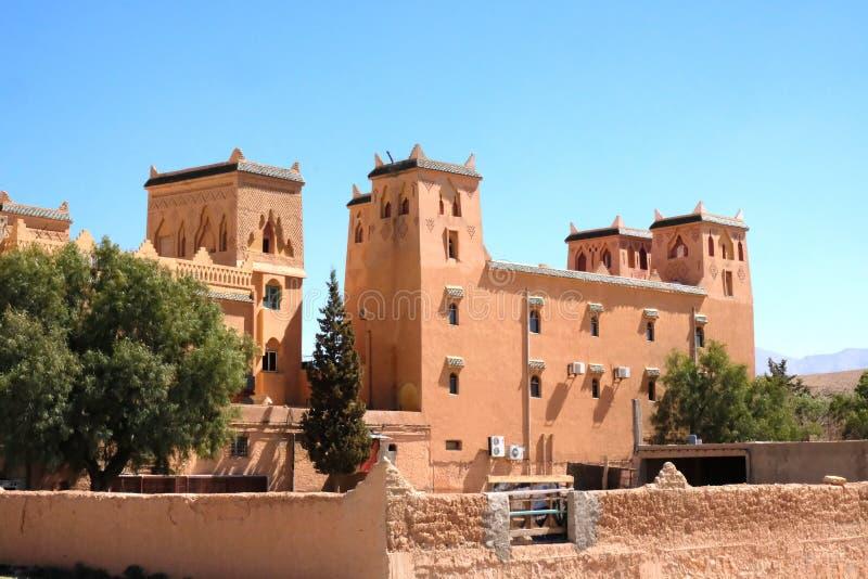 El edificio del hotel, del restaurante y del centro comercial en Marruecos Construido en el estilo nacional que combina estilos a foto de archivo