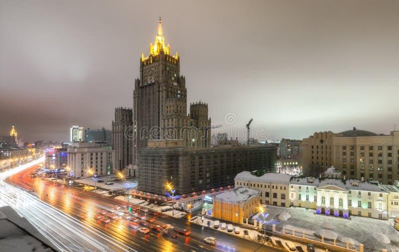 El edificio del Ministerio de Asuntos Exteriores de Rusia, en la noche imágenes de archivo libres de regalías