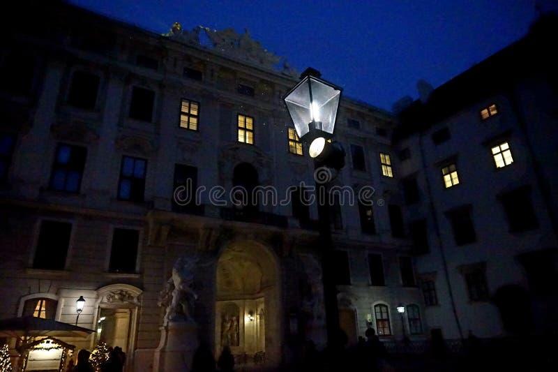 El edificio del palacio de Hofburg en Viena en la noche snowing foto de archivo
