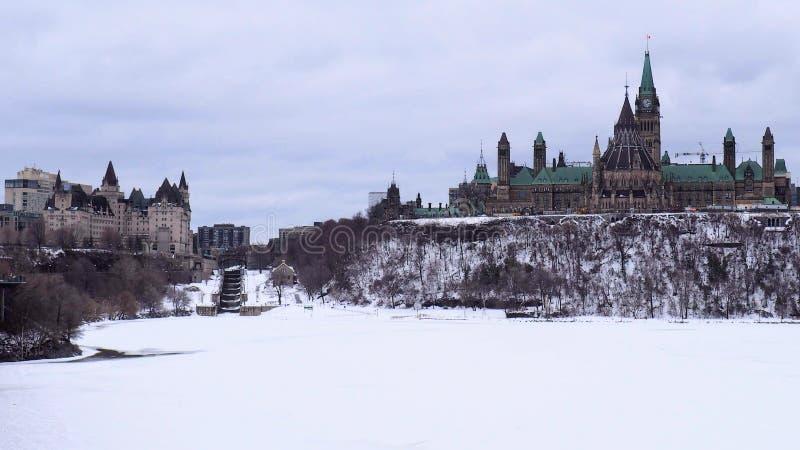 El edificio del parlamento en Canadá se coloca alto en la colina del parlamento en un día melancólico gris imágenes de archivo libres de regalías