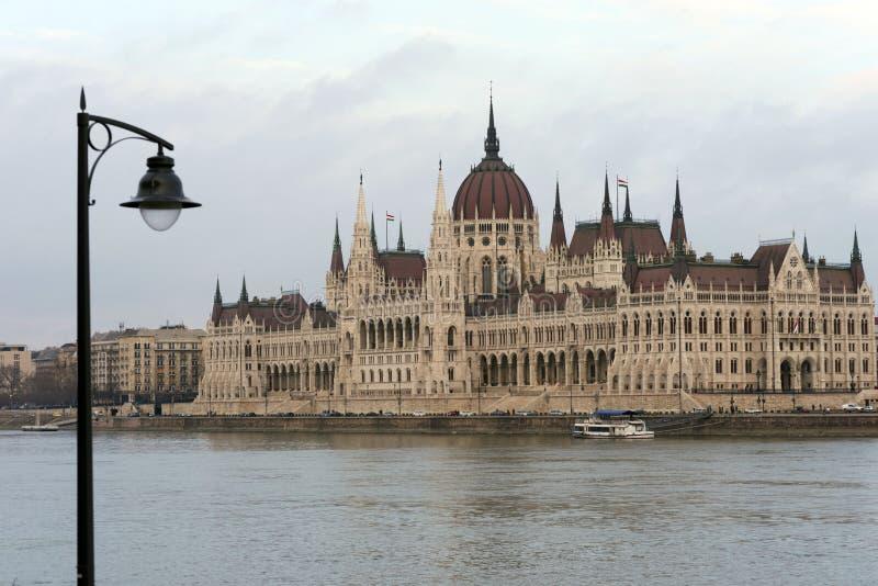 El edificio del parlamento húngaro en los bancos del Danubio en Budapest es la atracción principal de la capital húngara imagen de archivo