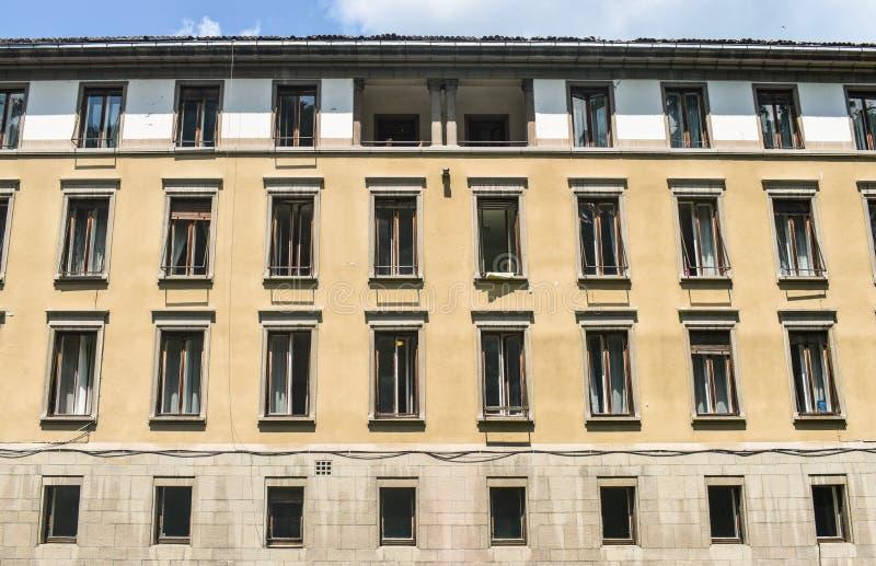 El edificio del vintage del hospital central de la policlínico del centro turístico del sanatorio forretired a vieja gente enferm imagen de archivo