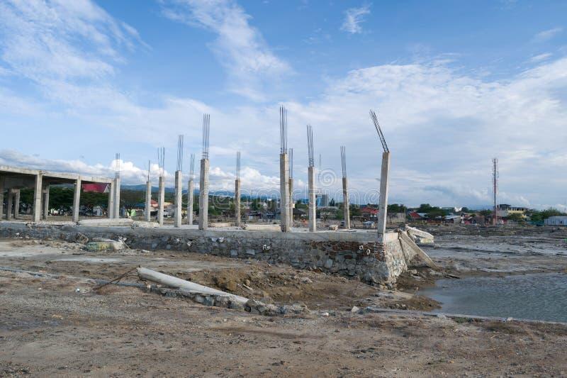 El edificio derrumbado se fue encima después de tsunami en Palu, Indonesia fotografía de archivo