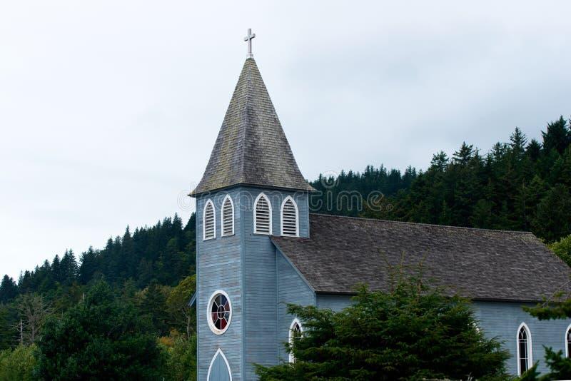 El edificio es pequeña iglesia cristiana provincial con la torre y la CRO (coordinadora) imagen de archivo libre de regalías