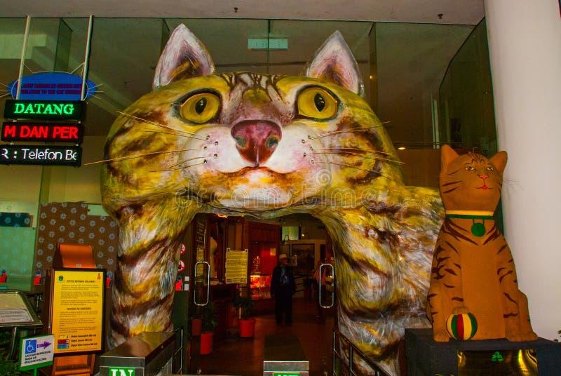 El edificio es un museo de gatos Entrada bajo la forma de gato Kuching, Borneo, Sarawak, Malasia imágenes de archivo libres de regalías