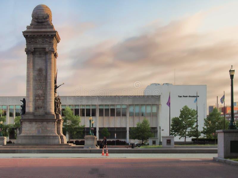 El edificio estándar de los posts fotos de archivo