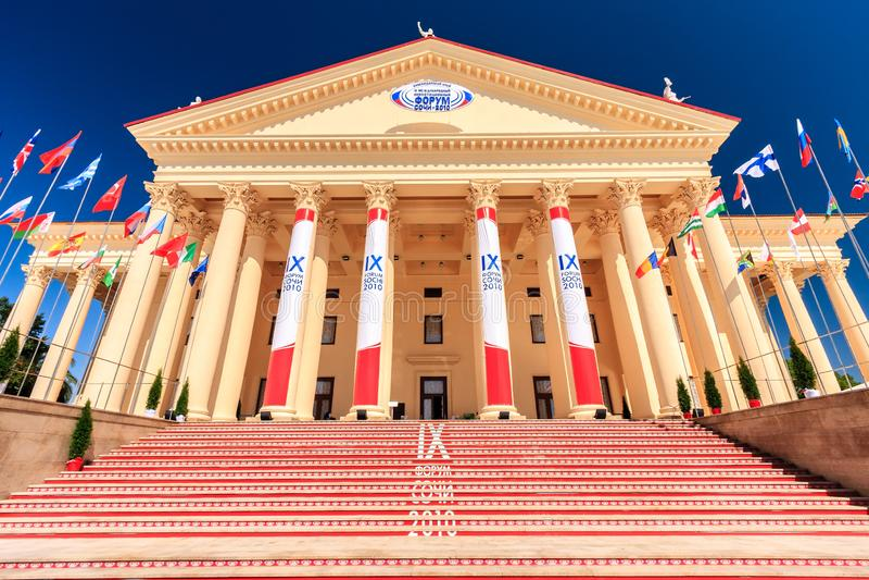 El edificio hermoso del teatro del invierno con su arquitectura elegante es el lugar principal durante el económico internacional foto de archivo libre de regalías
