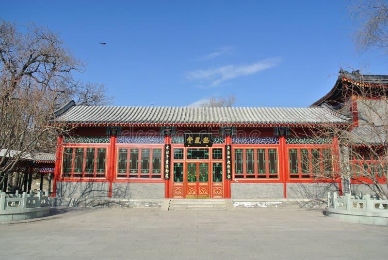 El edificio histórico nuevo-reparado en el parque zoológico imagen de archivo libre de regalías