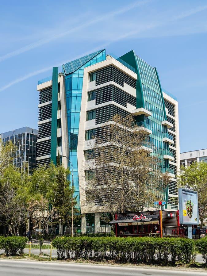 El edificio moderno de la facultad de farmacología de la universidad médica en Varna en un día de primavera soleado Marco vertica fotografía de archivo