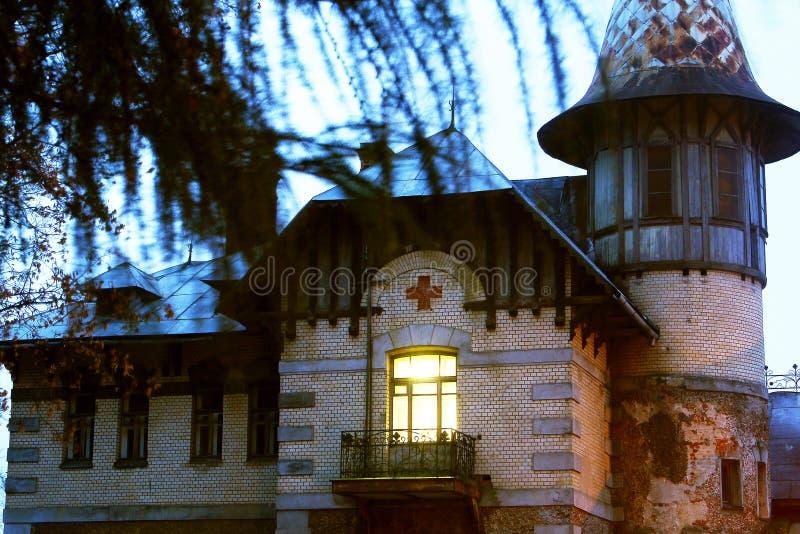 El edificio viejo del centro medieval, construido en el siglo XIX foto de archivo libre de regalías
