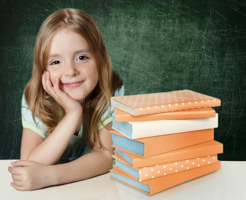 El eeducation del niño Pequeña muchacha con los libros imagen de archivo libre de regalías