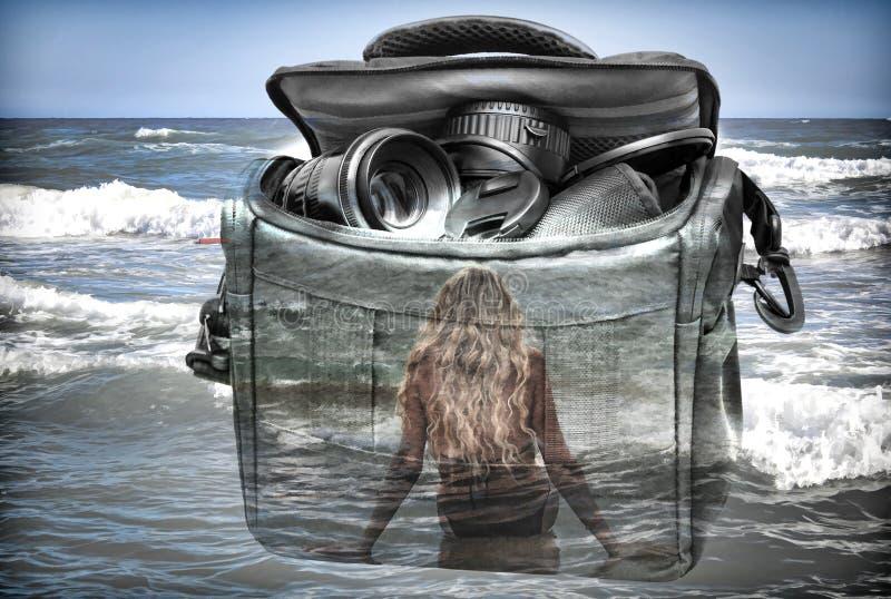 El efecto de la exposición doble: la cámara, la muchacha y el mar imagenes de archivo