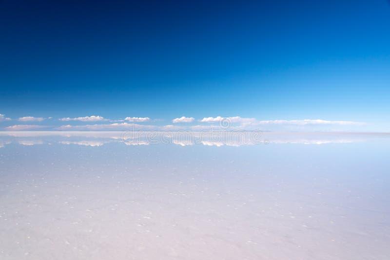 El efecto de Miror y la reflexión de nubes en Salar de Uyuni Uyuni salan los planos, Potosi, Bolivia Suramérica imagen de archivo libre de regalías