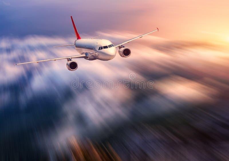 El efecto moderno de la falta de definición de movimiento del mith del aeroplano está volando sobre la nube baja foto de archivo libre de regalías
