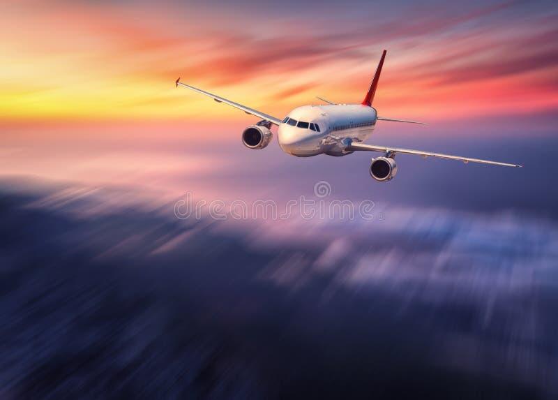 El efecto moderno de la falta de definición de movimiento del mith del aeroplano está volando sobre la nube baja fotos de archivo