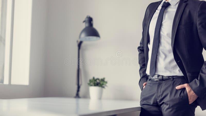 El efecto retro se descoloró y entonó imagen de un hombre de negocios que se colocaba adentro imagen de archivo