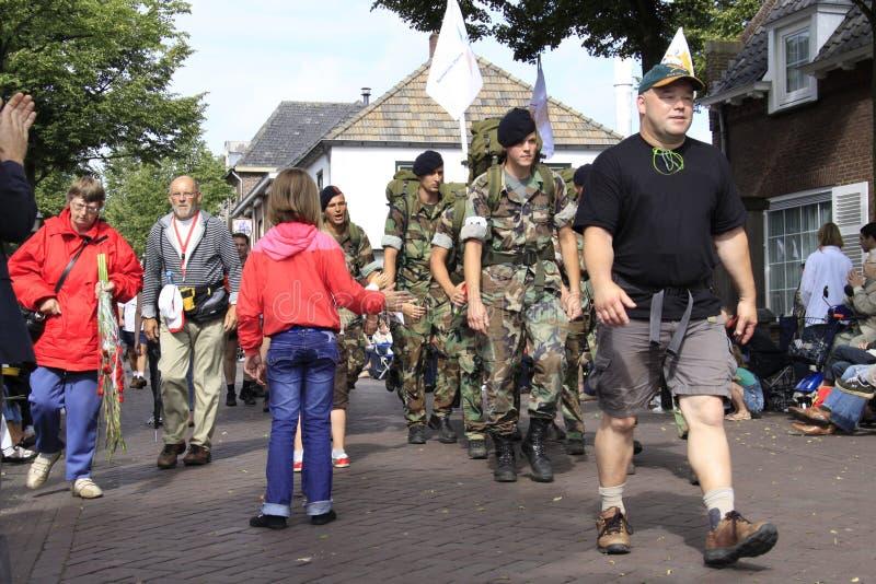 El ejército de diversas nacionalidades camina con evento que camina de cuatro días fotos de archivo