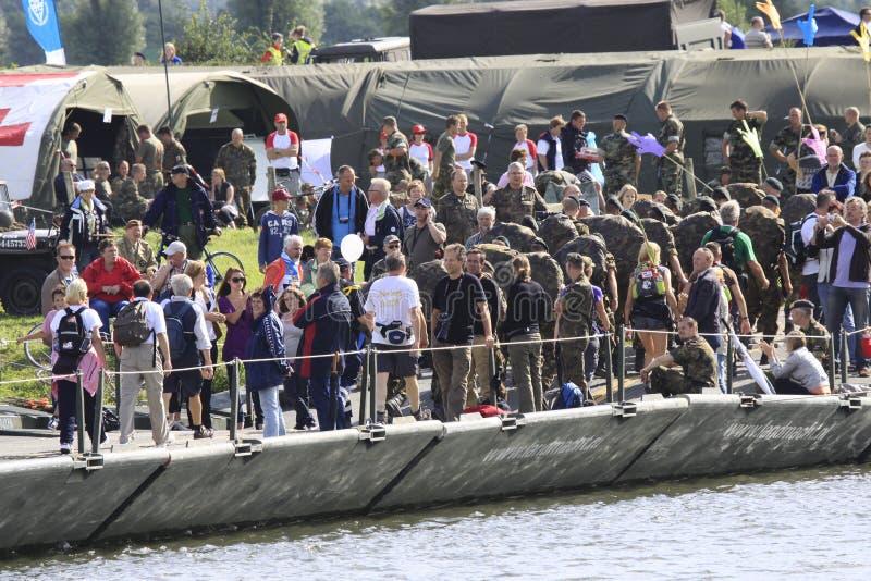 El ejército de diversas nacionalidades camina con evento que camina de cuatro días fotografía de archivo