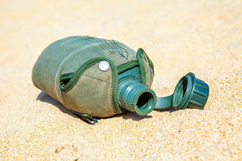 El ejército o la cantina militar en la arena en el desierto ningún tiene agua imagen de archivo