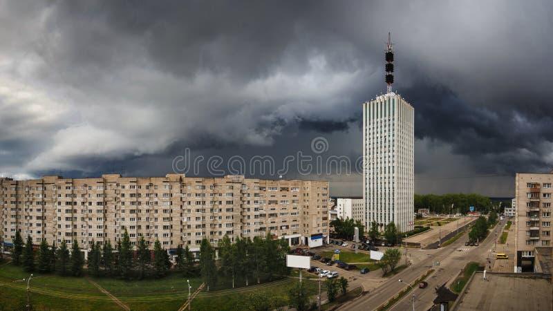 El eje del relámpago está viniendo a la ciudad de Arkhangelsk foto de archivo libre de regalías