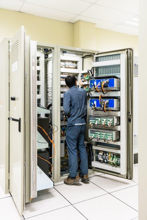 El electricista que trabaja con un destornillador o el multímetro para instala fotografía de archivo libre de regalías