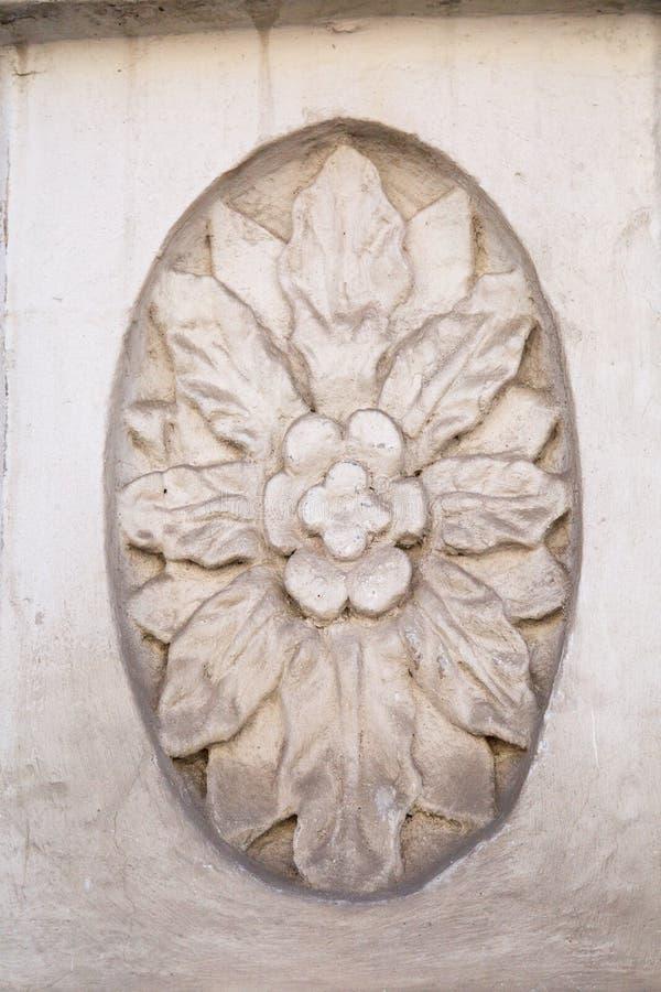 El elemento del acabado de un yeso de la fachada Flor interior oval con las hojas blancas divergentes foto de archivo