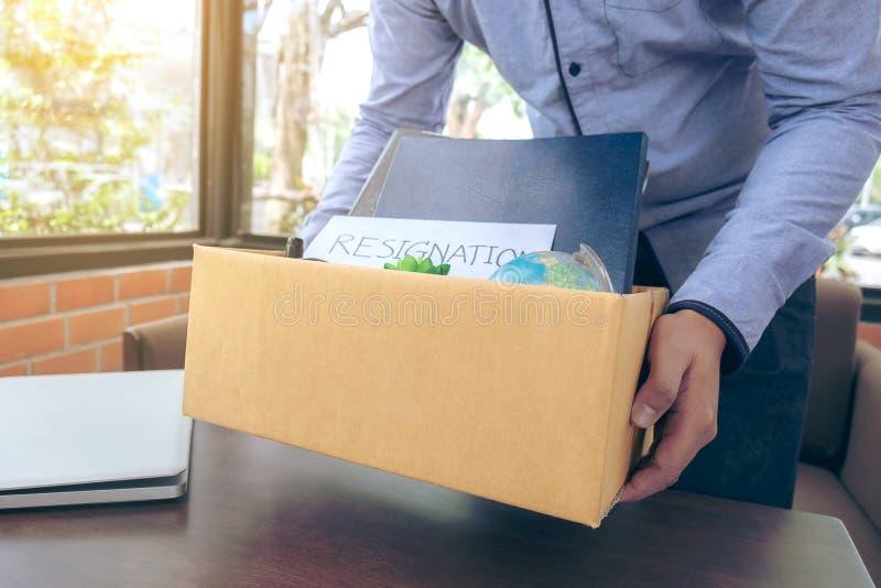 el embalar que lleva del hombre de negocios encima de todos sus objetos personales y imagenes de archivo