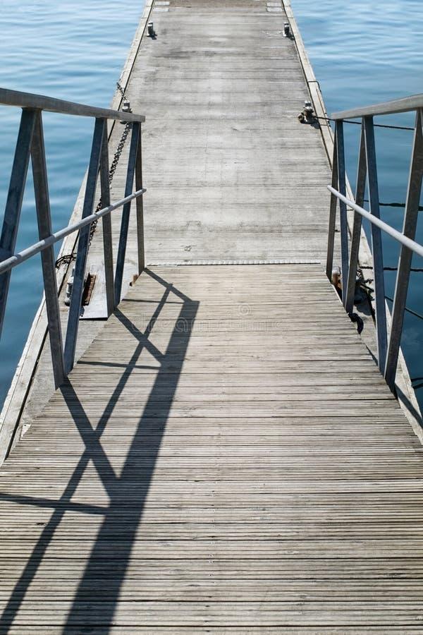 El embarcadero concreto vacío con pasos con la verja del hierro en la calma foto de archivo