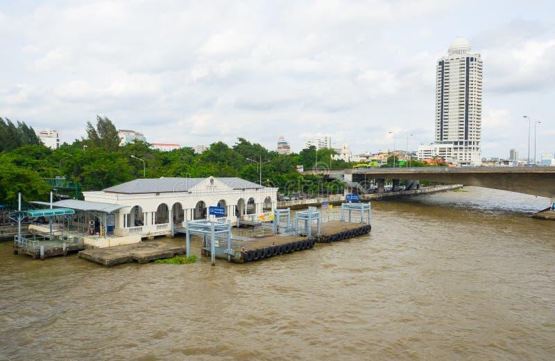 El embarcadero conmemorativo del puente o el embarcadero del saphanphut está en Chao Phraya River en Bangkok fotografía de archivo libre de regalías