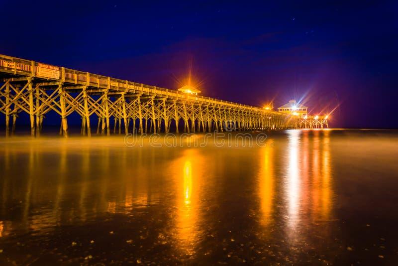 El embarcadero de la pesca en la noche, en playa de la locura, Carolina del Sur imágenes de archivo libres de regalías