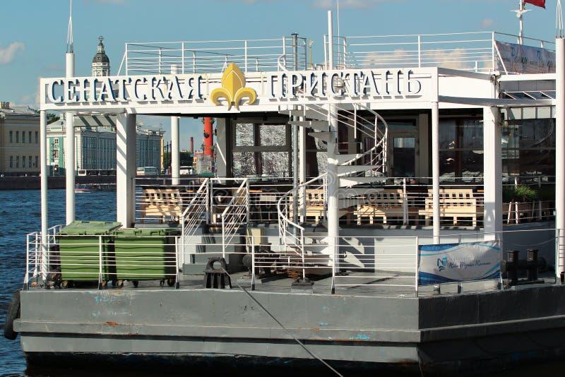 El embarcadero del senado en el río de Neva, St Petersburg, Rusia imagen de archivo libre de regalías