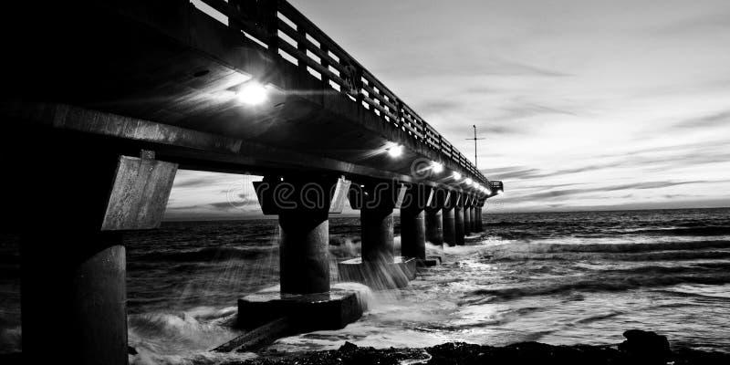 El embarcadero en blanco y negro foto de archivo libre de regalías