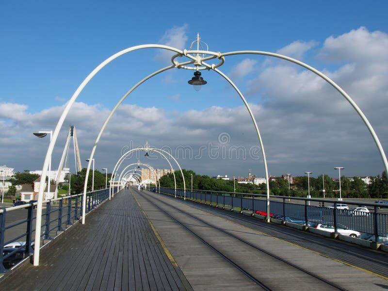 El embarcadero histórico en el southport Merseyside con la gente que camina hacia la ciudad y puente colgante y el beh visible de fotografía de archivo libre de regalías