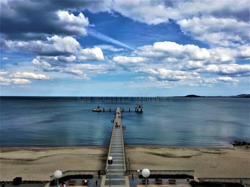 El embarcadero y el mar foto de archivo