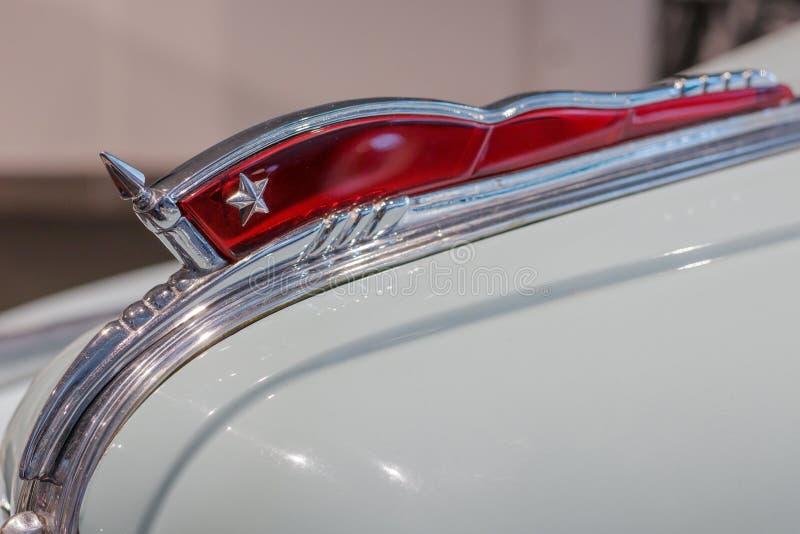 El emblema en la capilla de un coche ZIS 11 del vintage Bandera roja que agita con una estrella La primera planta del automóvil d fotos de archivo libres de regalías