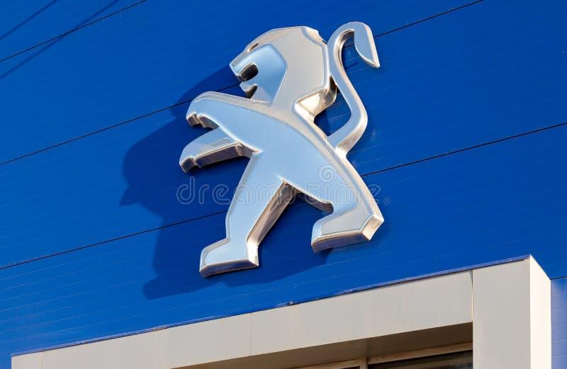 El emblema Peugeot foto de archivo