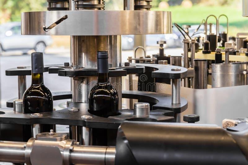 El embotellamiento del vino imagen de archivo libre de regalías