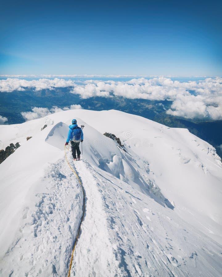 El emigrar al top de la montaña de Mont Blanc en las montañas francesas imagenes de archivo