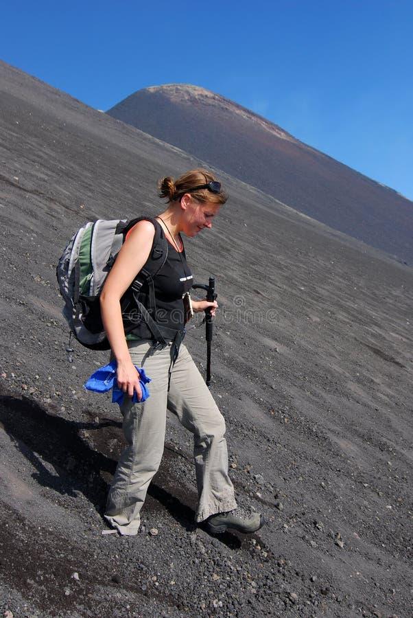 El emigrar en el volcán del Etna (Sicilia) imagen de archivo libre de regalías