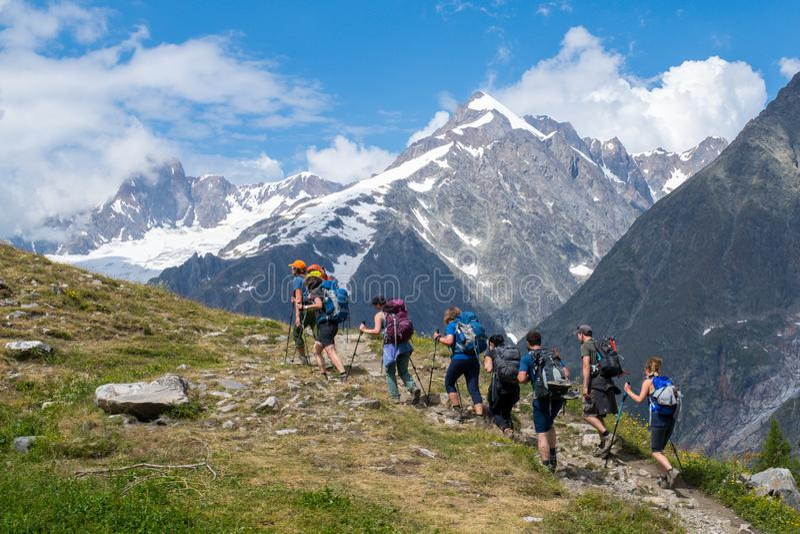 El emigrar en el rastro del du Mont Blanc del viaje fotos de archivo libres de regalías