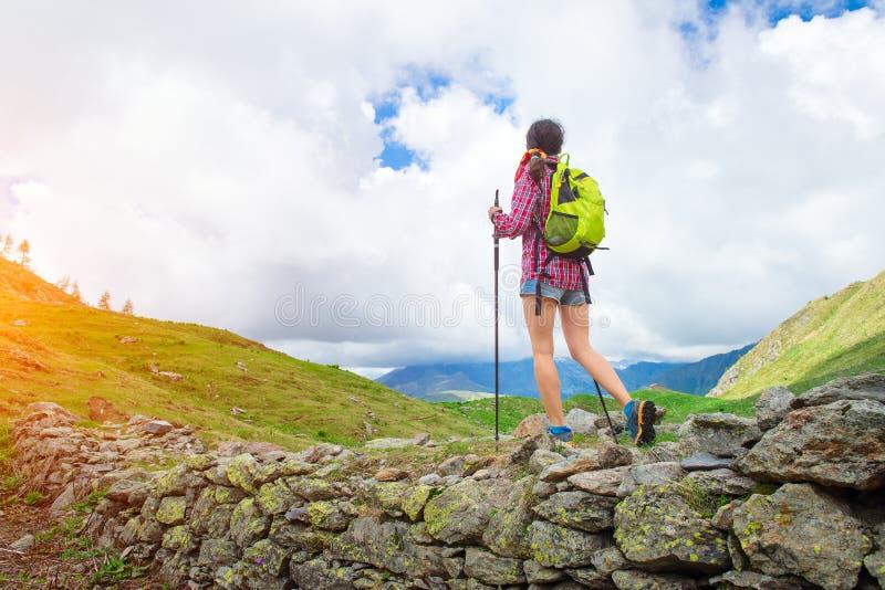 El emigrar practicante de la muchacha solamente en el landsca hermoso de la montaña foto de archivo